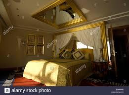 ein schlafzimmer mit einem spiegel an der decke im burj al