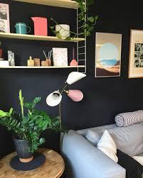 kontrast regal schwarz rosa wohnzimmer