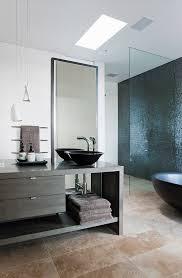 moderner waschtisch im bad in dunklen bild kaufen