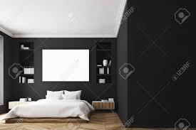 modernes luxuriöses schlafzimmer mit schwarzen wänden ein großes bett in der mitte des raumes zwei bücherschränke an den seiten ein großes fenster