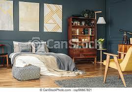 antike möbel im dunklen schlafzimmer antike holzmöbel in
