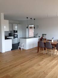 offene küche mit insel weiß grau in kombi mit eichenboden