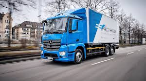 100 Mercedes Semi Truck Daimler Throws Shade At Tesla As Rivalry Heats Up Bloomberg