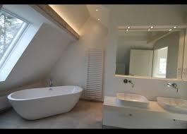traumhaftes helles badezimmer im dach mit stehender