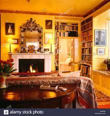 tabelle hinter sofa mit gemusterten wurf in gelb 80er jahre