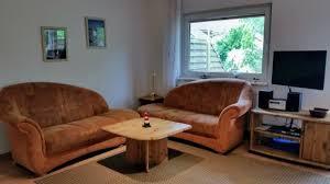 wohnzimmer mit bequemen sofas einem schwenkbaren led tv