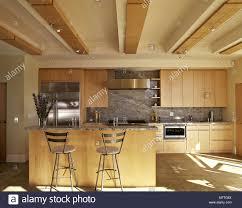 moderne küche mit holzpaneele an der decke und holz
