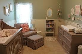 chambre bébé retro chambre bebe vintage meuble blanc patine vintage et cadres pour
