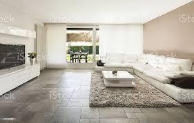 großes wohnzimmer mit weißen sofa stockfoto und mehr bilder architektur
