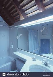 lichtbänder und rechteckigen spiegel über dem waschbecken im