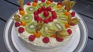dessert kuchen torte aus quark joghurt und obst auf 3 schichtigem biskuitboden