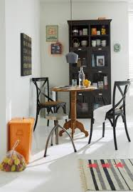esszimmermöbel aus verschiedenen holzarten in modern