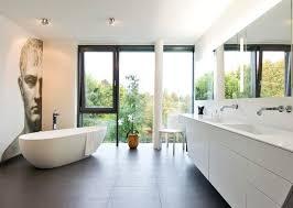 moderne badezimmer mit freistehender badewanne 62 171 167 43