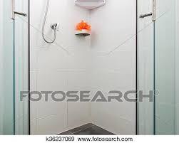 dreckig bad kasten mit weiße wand fliese stock foto