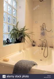 badewanne mit chrom dusche in kleinen weiß gefliestes