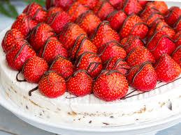 stracciatella eistorte mit erdbeeren