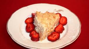 aishas leichter fitness pfirsich kuchen mit rumaroma auf einem erdbeerbett