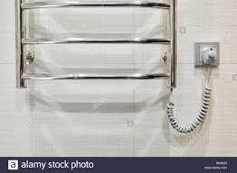 modernen beheizten handtuchhalter im badezimmer wand fliesen