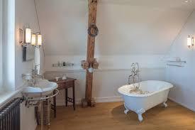 kleines badezimmer in dachschräge mit freistehender