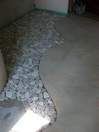 ehrfurchtiges badezimmer kieselsteinboden dusche fliesen