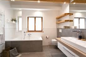 badsanierung schickes wohlfühlbad mit viel holz und