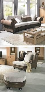 wohnzimmer mit stuhl hocker und sofa im landhaus stil