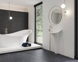 schwarz und weiß plus gold in einem exklusiven badezimmer