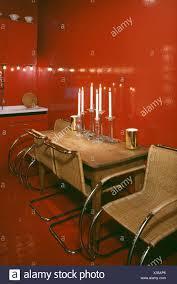 rot 70er jahre esszimmer mit geflecht und edelstahl stühle