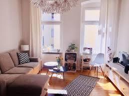 helles wohnzimmer mit schönem dielenboden und gemütlichem
