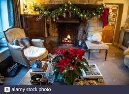 ein offener kamin im gemütlichen wohnzimmer zu weihnachten