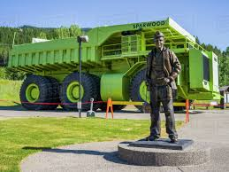 100 Large Dump Trucks Green Titan Dump Truck On Display With A Statue D869_84_068