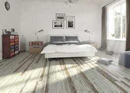 ein schlafzimmer mit viel natürliches licht drei bilder zwei