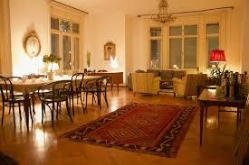 großes ess wohnzimmer in einer altbauwohnung mit
