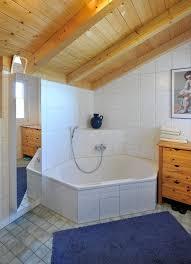 badezimmer mit dachschräge holzbalken decke eckbadewanne