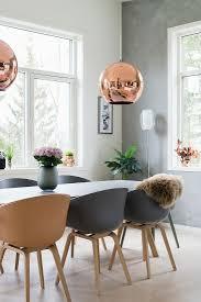 tisch mit schalenstühlen darüber bild kaufen 12550215