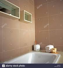 weiße bad unten gespiegelten cube regale auf beige geflieste