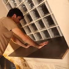 collage d une planche sur un rebord intérieur de fenêtre