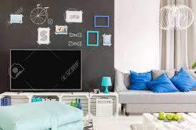 helles wohnzimmer mit fernseher sofa und palettenmöbeln