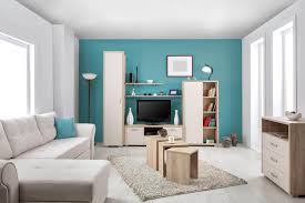 farbige wand hinter tv türkis weiße decke wohnzimmer helle