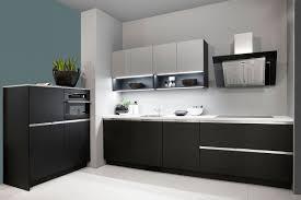 die edle küche mit schwarzer front und weißer arbeitsplatte