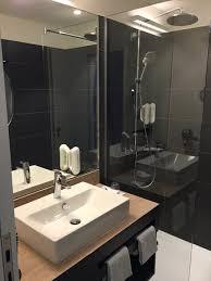 badezimmer mit begehbarer dusche sehr sauber bild