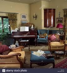antiker eckschrank und klavier im wohnzimmer mit bergere