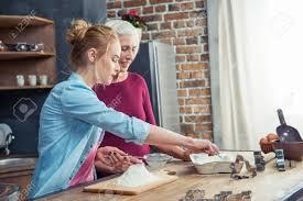 tamiser cuisine grand mère et fille tamiser la farine pour les biscuits dans
