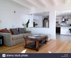 dunkles holz couchtisch und graue velour sofa im modernen
