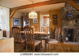 tisch stühle und einrichtung in dass esszimmer