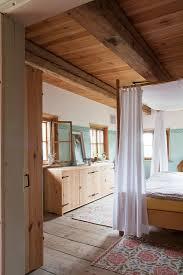 rustikales schlafzimmer mit baldachin bild kaufen