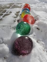 des grosses boules de couleurs pour décorer l extérieur ça
