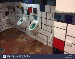 urinale in der männlichen toilette entworfen dem