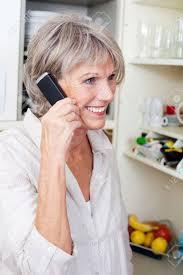 femmes plus cuisine trendy femme plus âgée avec un sourire permanent animé dans sa