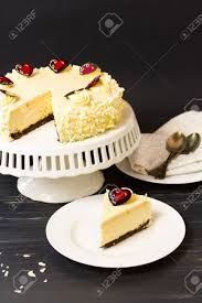 weiße schokolade käsekuchen mit brownie kruste mit weißer schokolade frischkäse füllung in weißer schokolade ganache bedeckt
